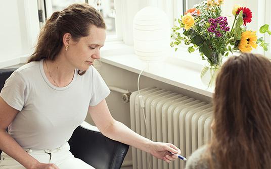 Der findes forskellige grader af depression; mild, moderat og svær. Ved mild og moderat depression vil samtaleterapi alene, ofte kunne hjælpe dig.