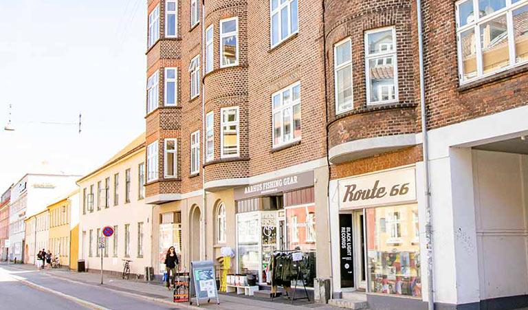 Bus 1a (stå af ved Nordlandsvej/Enemærket) går næsten lige til klinikken på Sindalsvej 31 A – Rødt hus. Der er gratis parkering bagved huset med indkørsel foran huset: